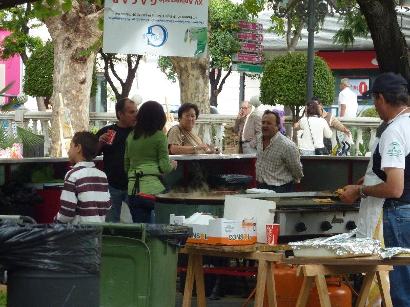 einheimische-von-marbella-bei-der-paella-zubereitung